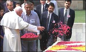 papa presara flosri pe mormantul yoghinului mahatma gandhi