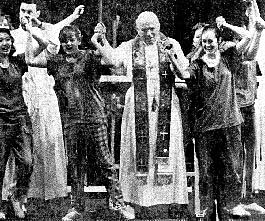 papa dansand pe scena, incurajand secularizarea